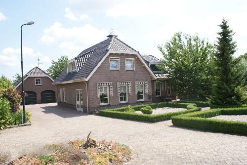 Vrijstaand comfortabel landhuis met dubbele garage op for Dubbele bewoning boerderij