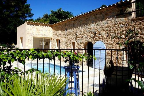 Klein stenen mas in provencaalse stijl met zwembad nabij